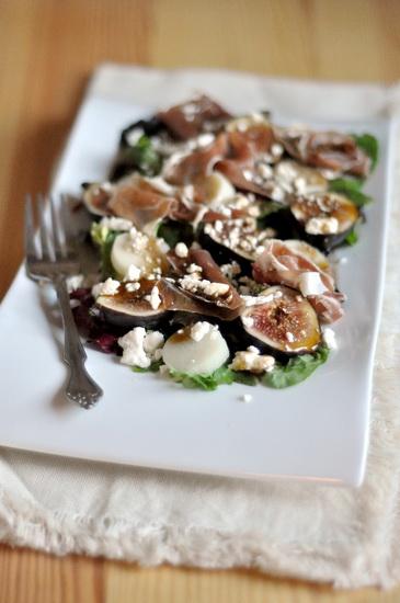 Зелёный салат с прошутто, свежим инжиром и фетой 2 горсти смеси салатных листьев 1 ст ложка порезанных пальмовых сердц...