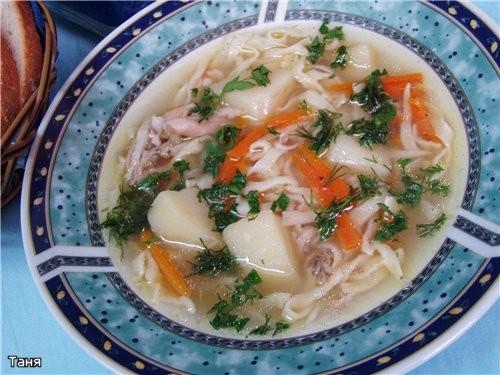 Куриный суп с домашней лапшой Биточки с сушеными помидорами и сливочным маслом Отварной рис с зелен...
