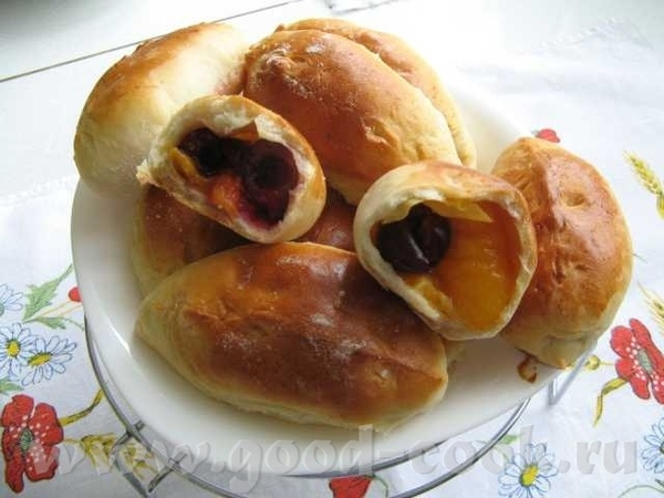Девочки, угощайтесь пирожочками с вишней и абрикосами