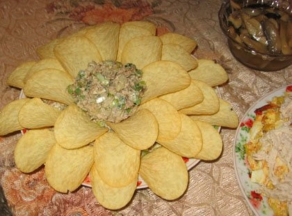 """Салат """"Морская лилия"""" 2 баночки сардин, одна обыкновенная, вторая острая 1 упаковка чипсов принглс..."""