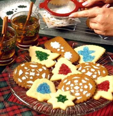 Варианты украшения печенья : посыпка через трафареты сахарной пудрой, цветным сахаром и пр
