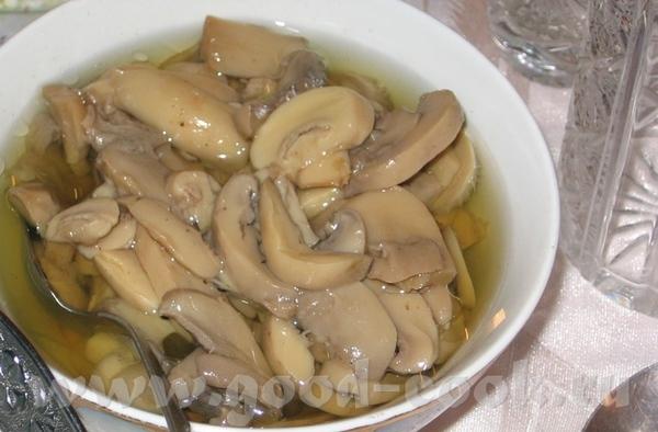 И так, Новогодний стол (общий вид не снимала): Маринованые грибы Оливье (не украшала, только посыпа...