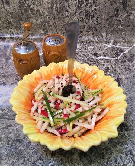 Салат из огурцов и редиса с кунжутом