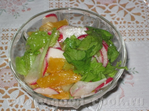 """Салат """"Витаминка"""" Листья салата Редиска Мандарин Растительное масло"""