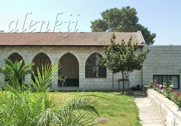 Чуть поодаль церкви находятся приват постройки монастыря, а также скверик с деревьями и цветами - 2