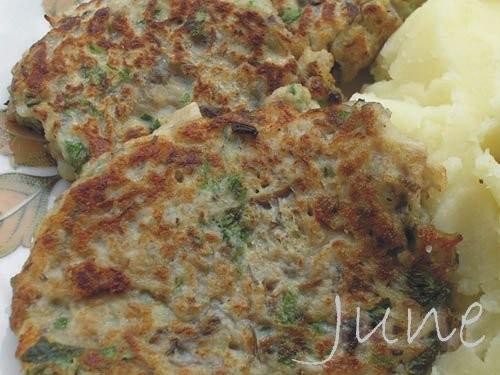 Грибные оладьи 500г грибов(вешенки), 1 ломтик белого хлеба, 2 яйца, 1 чайная ложка рубленной зелени...