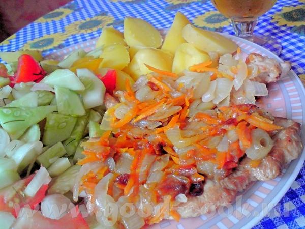Девчата, кто еще не разъехался в отпуска - обед для вас принесла: салат , картошка отварная в мунди...