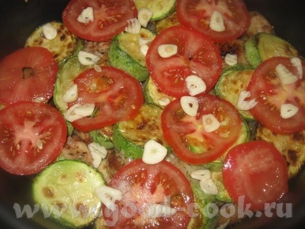 Половину помидоров выкладываем сверху на кабачки, нарезаем поперек кружочками 2-3 крупных зубчика ч...
