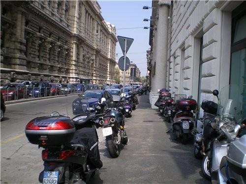 В Италии очень многие пользуются такими мопедами и мотоциклами Много молодых девчушек в мини юбках...