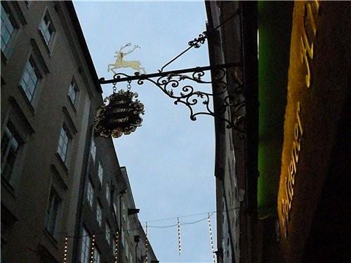 Между домами маленькие дворики и в каждом украшено к рождеству или какие-нибудь ресторанчики и мага... - 3