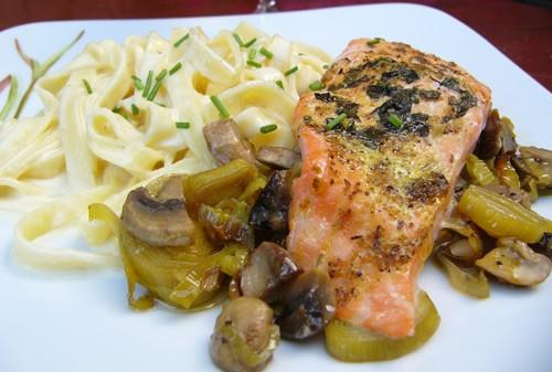 И еще ели салат от Rachel с эндивием лосось с феттучинни от и клафути от Марты Стюарт , который Кля... - 2