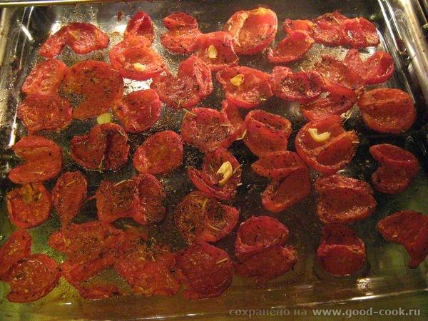 Сегодня провозилась с вялеными томатами, вот что получилось на противне: Кожицу с помидор сняла, вытащила серединку, по...