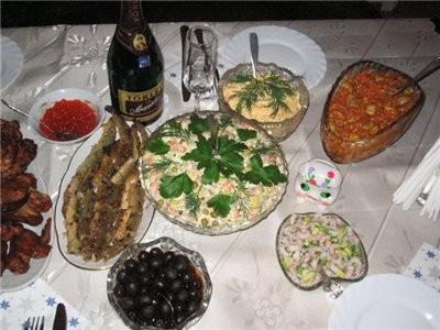 """...оливки, минога, """"Оливье"""", сырный салатик, салат из грибов и фасоли, салатик креветки с авакадо н..."""