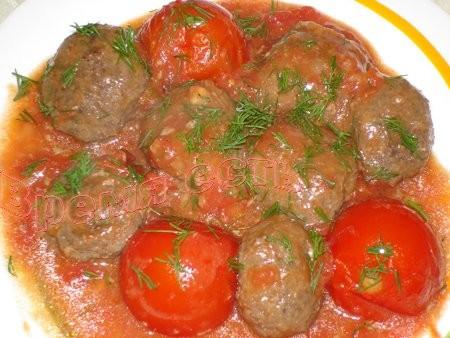 Тефтели с томатами Приготовить мясной фарш как на котлеты, слепить из фарша шарики, обвалять их в м...