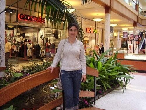 Мама познакомила меня со своими русскими подругами, покатала по магазинам - от этого ведь тоже полу...