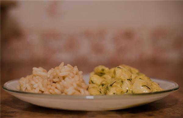 а у меня сегодня простенько рис и бефстроганов куриный и еще салат с редьки но его я не фоткала))) - 2