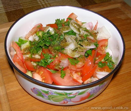 Процесс приготовления фасолевого салата - пропитывается соком помидор!