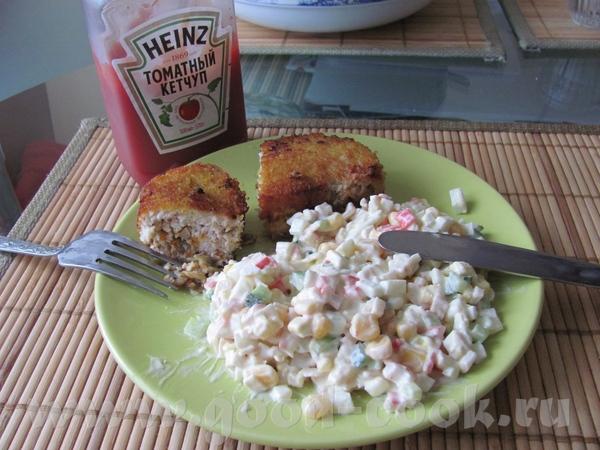 Зразы с грибами и салатиком с крабовыми палочками