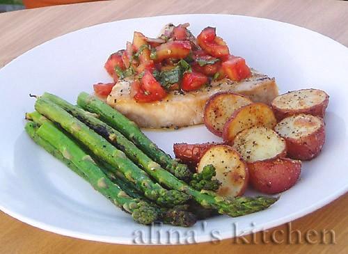 А вот еще из старенького, готовила на гриле рыбку с сальсой из журнала Bon Appetit - Рыба-меч со св...