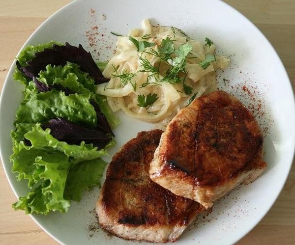 свинина с луковым соусом на 2 порции 3 большие луковицы 200 мл сливок 20% 2ст