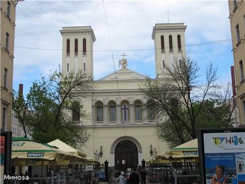 Чуть наискосок от Казанского собора находится Евангелическо-лютеранская церковь святого Петра (Петр...