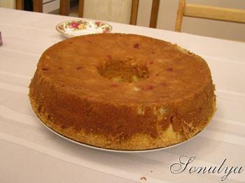 А я когда нужно что нибудь быстренько испечь, делаю вот такую бисквитную шарлотку с яблоками и клюк...