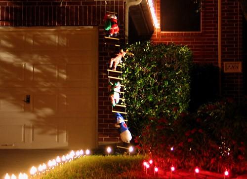 А к этим соседям по лесенке уже лезет Санта с помощниками : Вот в такой рождественской сказке, созд... - 2