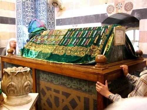 Пройдя рынок попадаем на площадь около мечети Омейядов Здесь множество лавочек торгующих всем чем м... - 6