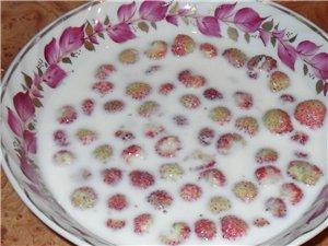 Мятный напиток с лимоном Угощу вас ягодками с молочком клубника садовая и земляника лесная - 2