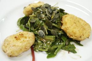 зеленый салат с рокатом и обжаренным козьим сыром