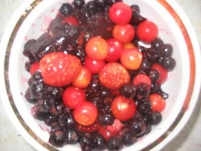 Просто щи Компот из свежей вишни, клубники и замороженоой чёрной смородины ягоды сам компот - 2