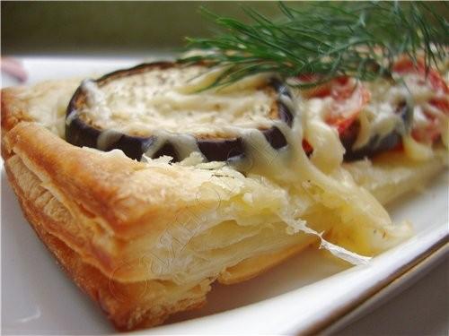 Слойки с баклажанами и помидорами под сыром слоеное тесто баклажан помидоры сыр соль перец укроп р