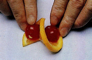 Нарезанные кружочки апельсина толщиной около 2-х мм надо аккуратно надрезать по радиусу точно до це... - 5