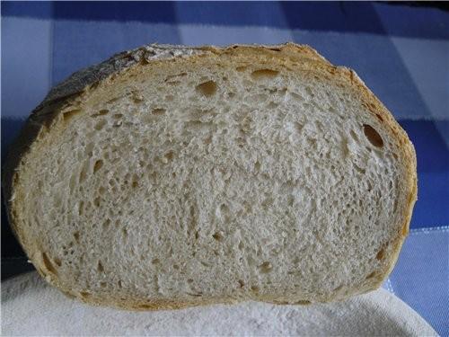 Простой белый хлеб, с хрустящей и немного резиноватой корочкой, мякишь мелкопористый слоистый