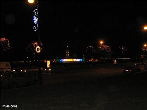 Вид с Дворцовой набережной от Зимнего на Петропавловку (мне она напомнила хеллоувинскую тыкву в так...