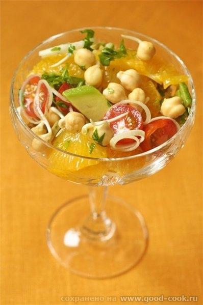 Салат из пророщенного нута, авокадо, томатов, апельсинов и порея Рецепт из мартовского номера Гастронома