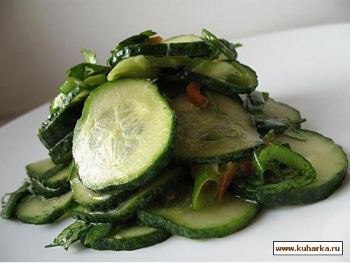 несу интересный салат из огурцов в маринаде из кинзы 2 стебля зеленого лука с головками,1 стручок о...