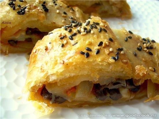 Слоеный пирог с луком,оливками и томатами