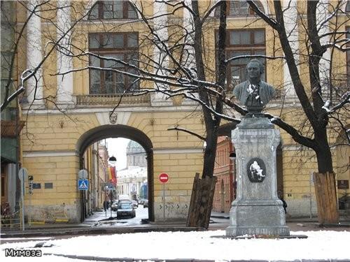 """Сразу после моста расположена площадь Ломоносова - типичная для мостов Фонтанки маленькая """"предмост..."""