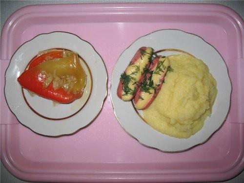 А это мой обед : сосиски с сыром, перчик и картошка-пюре