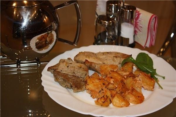 Подавала картошечку со свининкой, в целом блюдо выглядело вот так: Вкусно