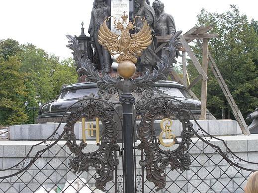 Ворота перед памятником