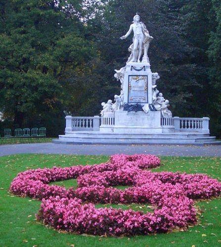 Памятник Моцарту в саду рядом с Венской оперой