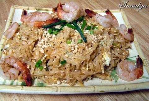 Ну и конечно: Пад Тай (Pad Thai) 250 г (8 oz) Тайской рисовой лапши 1/4 чашки Соуса для Пад Тай 6 с...