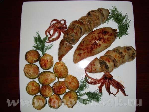 Девочки, принесла вам свой вчерашний ужин: фаршированные кальмары с запеченной брюссельской капусто...