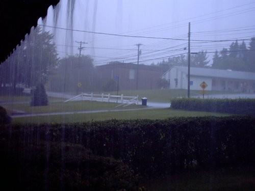 Это дождь, наблюдаемый с веранды дома Джозефа