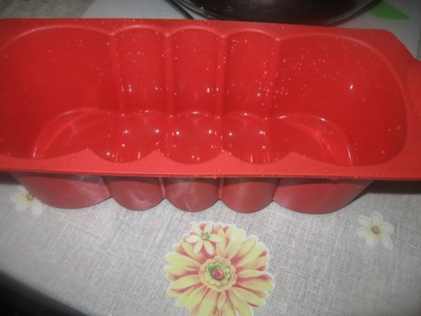 В смоченную холодной водой силиконовую форму «Королевская» выкладываем 1/3 фасолевого пюре