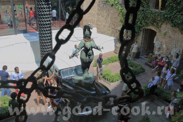 Это всё тот же внутренний дворик с разных сторон А это некоторые работы Салвадора Дали, которые пре... - 4
