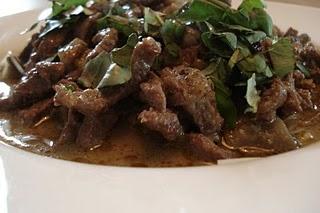 Таиландское зеленое карри из говядины с баклажаном и красным перцем