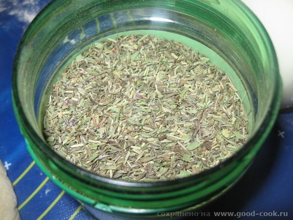 Выдавливаем чеснок – 2-3 зубчика ( по вкусу) и посыпаем смесью французских трав (или тех трав, которые вы любите) - 2